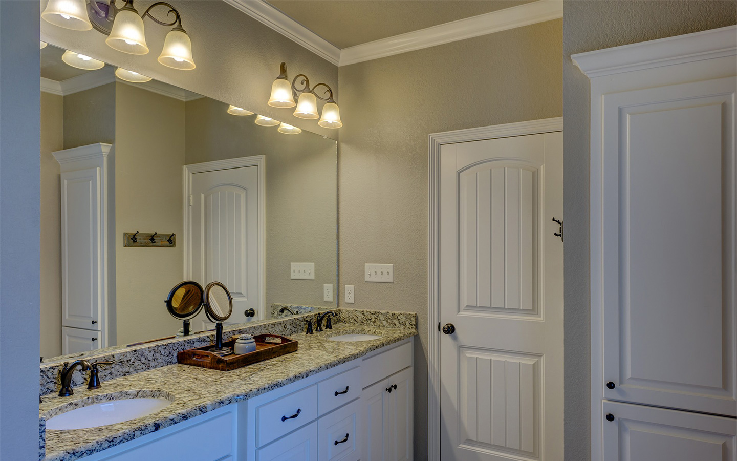 A washroom picture showing plenty of lights on top