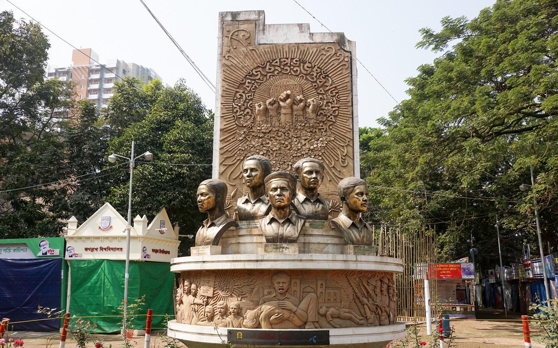 Moder Gorob sculpture at bangla academy