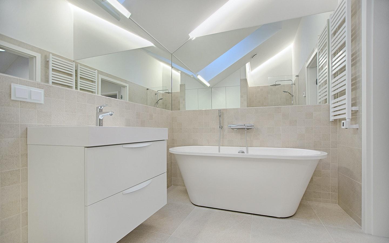 white-bathtub-in-bathroom